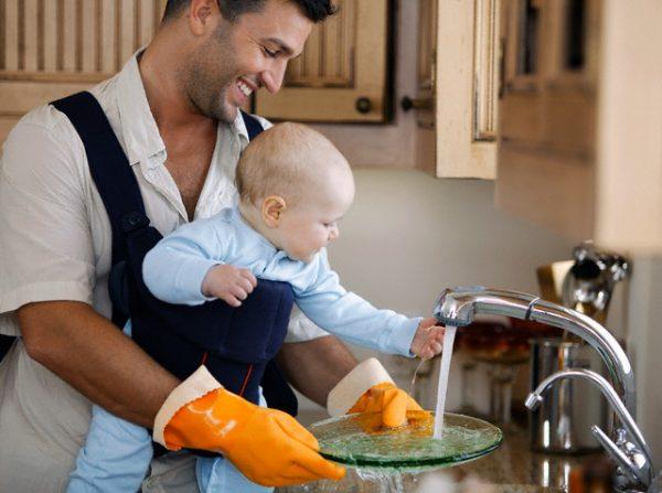папа моет посуду с малышом