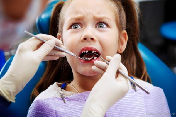 Девочка лечит зубки