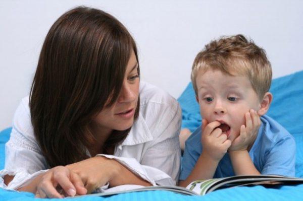 Мама говорит с ребенком