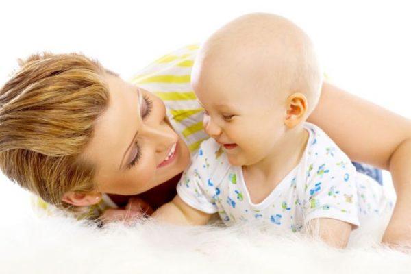 Мама и ребенок смеются