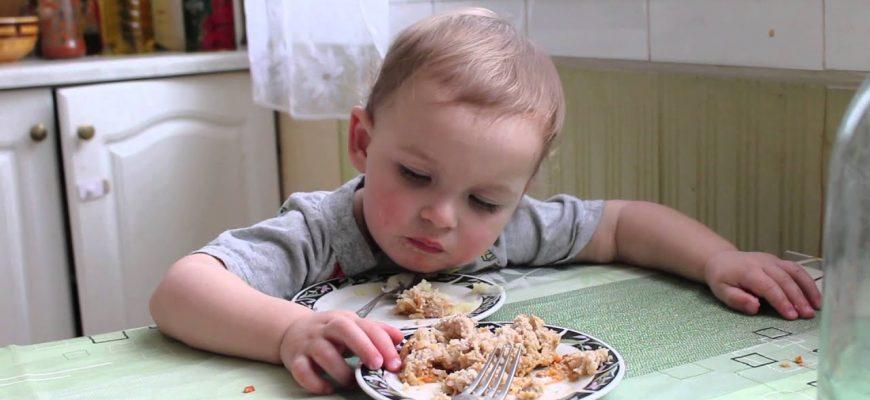 ребенок играет и ест