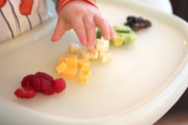 ребенок трогает еду