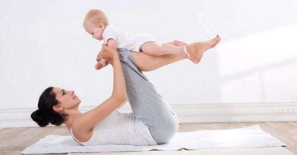 Мама с малышом занимается фитнесом