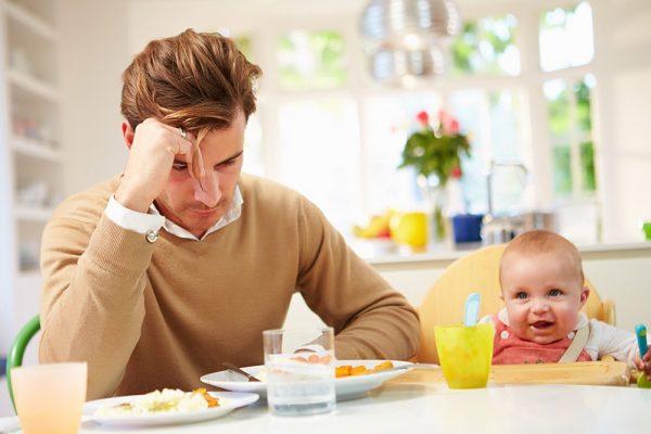 Папа не может накормить ребенка