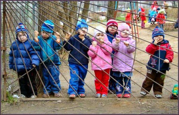 Дети за забором садика
