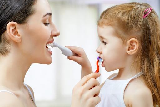 Мама и дочка чистят зубы