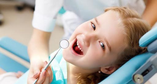 Девочка на приёме у зубного