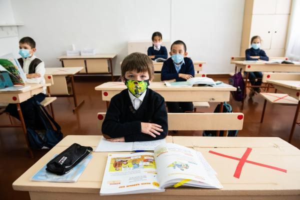 Ученики в масках на уроке