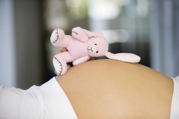 Игрушка на животе беременной