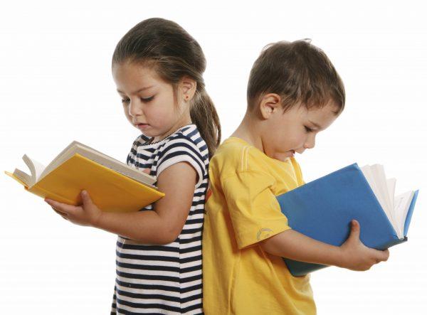 Дети рассматривают книги