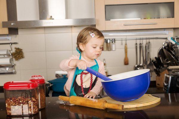Ребенок помогает маме готовить