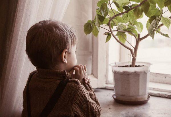 мальчик в детском доме скучает