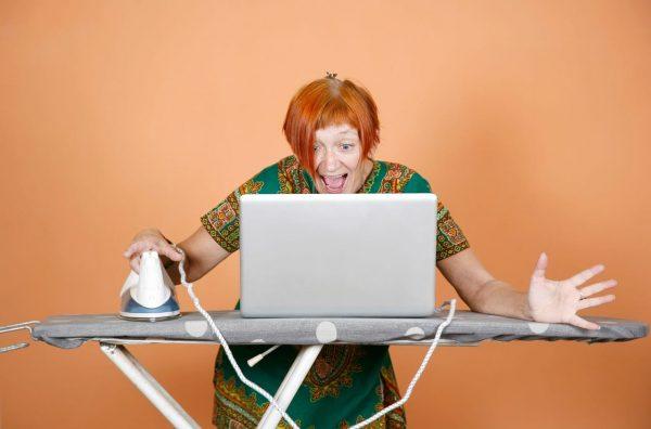 женщина сидит за компьютером