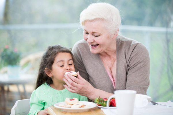 Бабушка перекармливает внучку