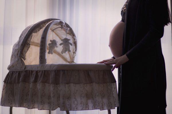 Беременная у детской кроватки
