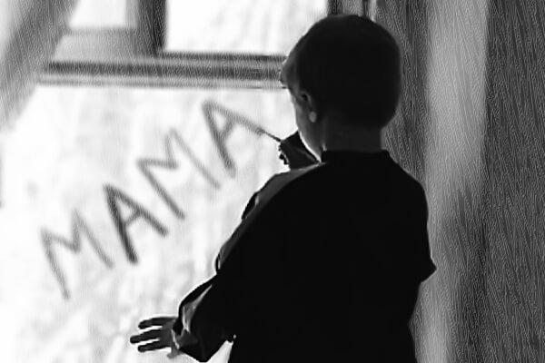 Мальчик пишет на стекле