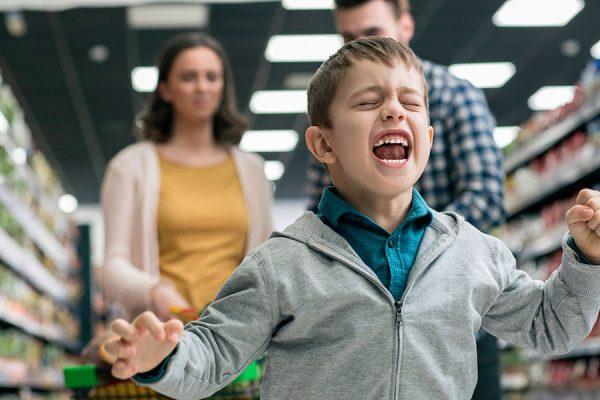 Мальчик истерит в магазине