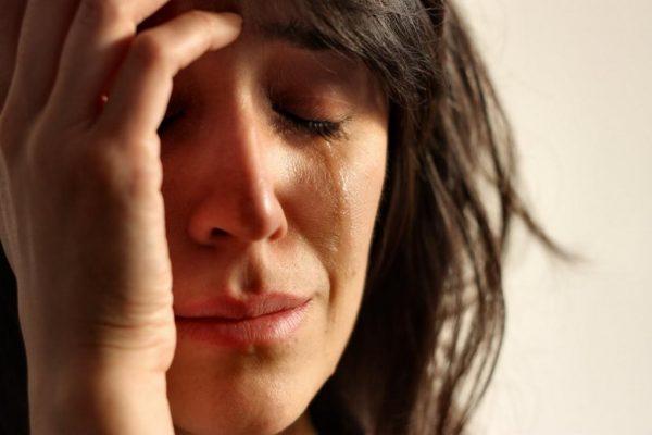 Женщина плачет