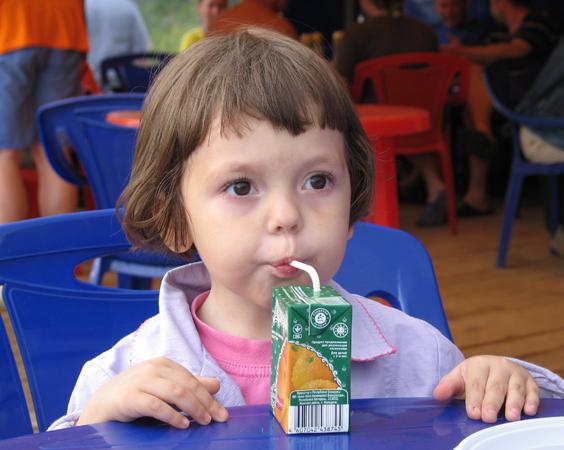 ребенок пьет магазинный сок