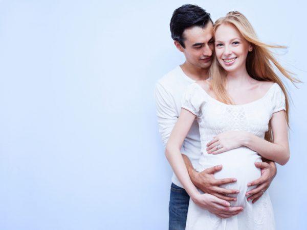 Мужчина с беременной женой