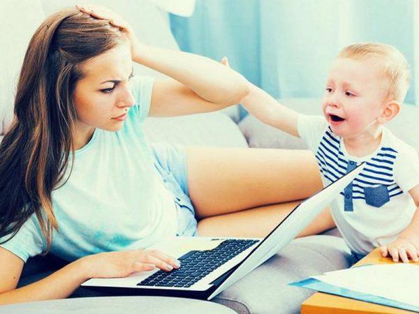 Мама не обращает внимание на ребенка