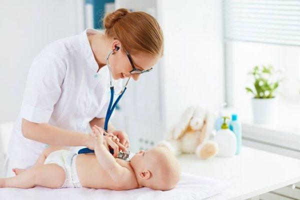 Педиатр осматривает малыша