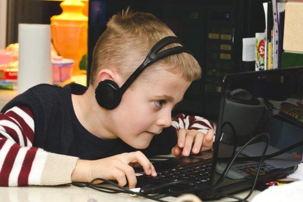 Мальчик играет в компьютерные игры