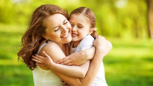 Женщина обнимает девочку