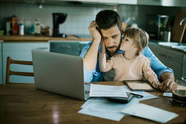 Отец работает за компьютером, а рядом сидит дочь
