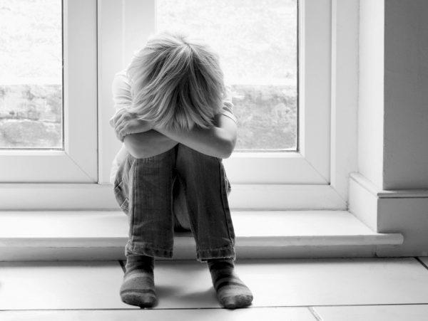 мальчик в детском доме плачет