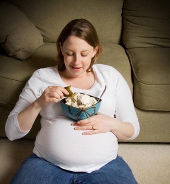 беременная с тарелкой