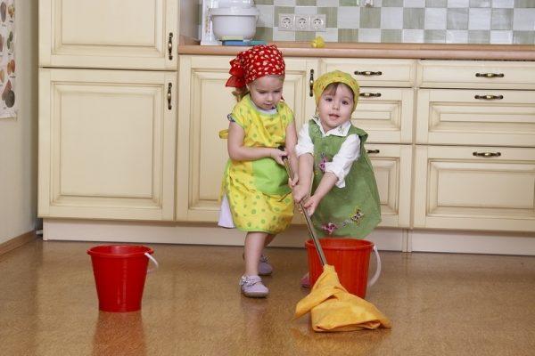 Маленькие девочки моют полы