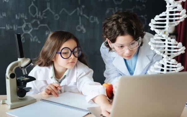 Дети изучают химию