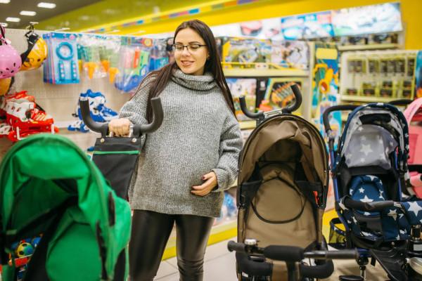 Беременная выбирает коляску для малыша