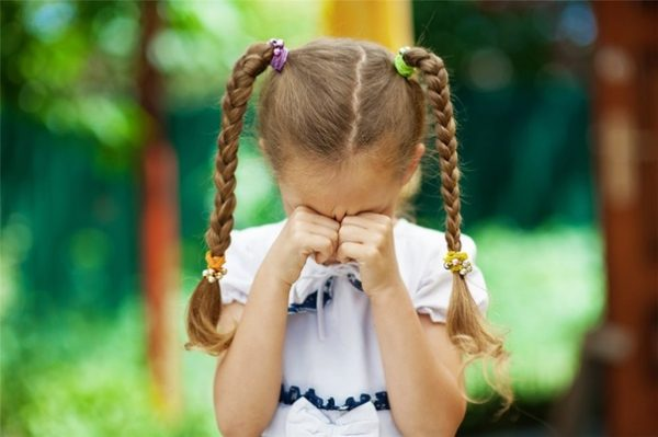 девчока плачет