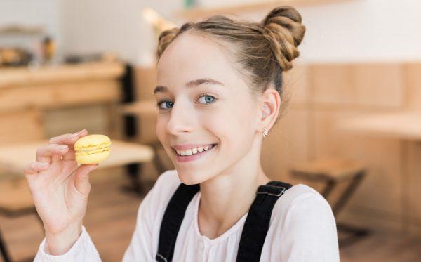 девочка в кафе