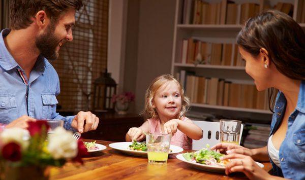 Семья собралась за столом