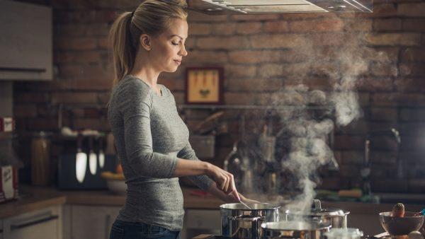 готовит