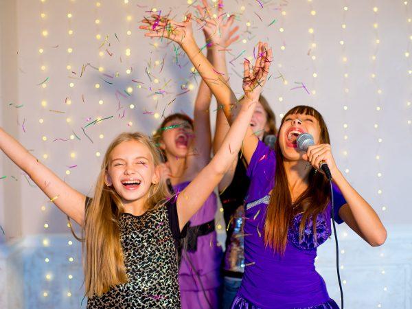 Девочки поют