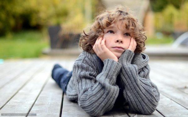 грустный ребенок