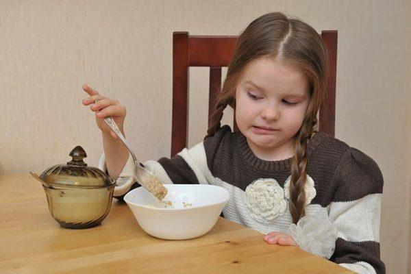 Девочка не ест кашу