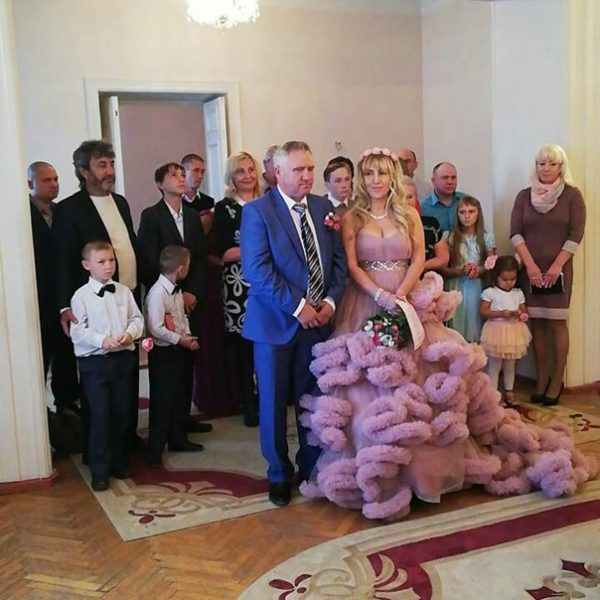 Семью, вкоторой отец-одиночка воспитывает пятерых детей, исключили изочереди нажилье. Местные власти решили, что водитель скорой помощи хорошо зарабатывает