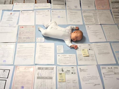 Малыш среди документов