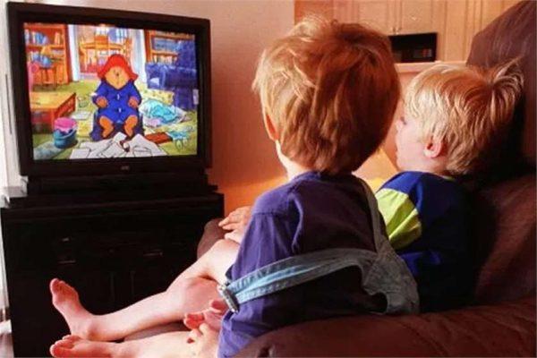 малыши у телевизора