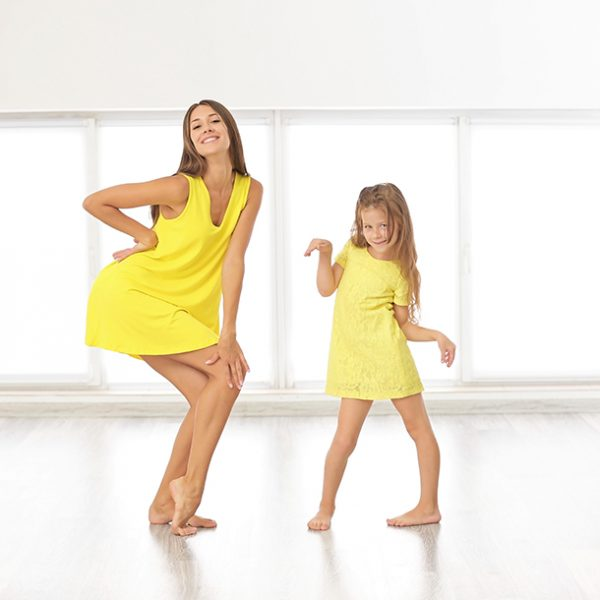 мама и дочь танцуют