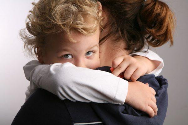 мама обнимает