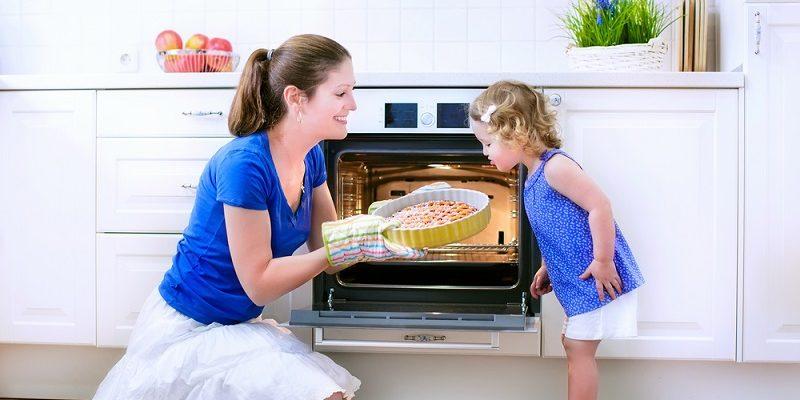 мама с дочей и пирогом
