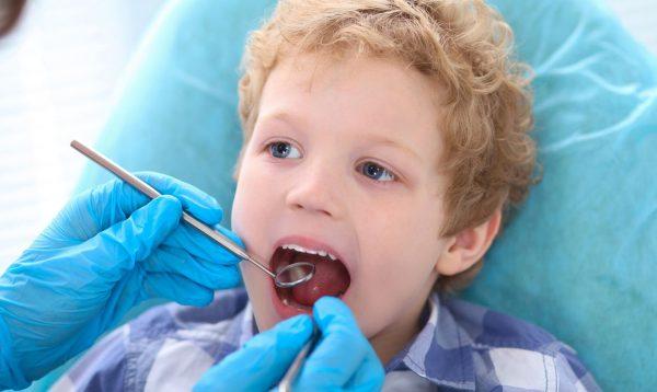 Ребенку проверяет зубы стоматолог