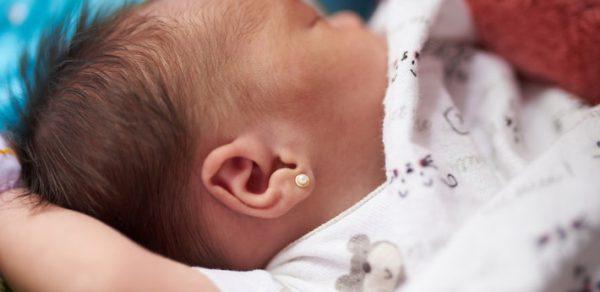 Младенец с сережкой в ухе
