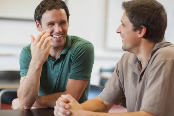 мужчины разговаривают